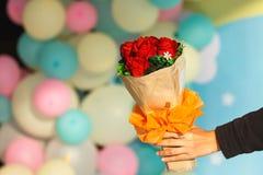Donnez le bouquet des fleurs, bouquet Images libres de droits