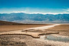 Donnez sur au désert de sel de bassin de Badwater image libre de droits