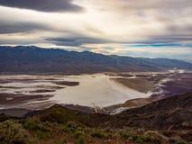 Donnez sur des appartements de sel de bassin de Badwater - Death Valley photos stock