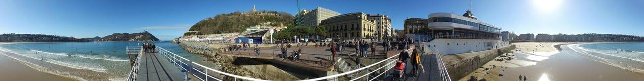 Donostia圣塞巴斯蒂安,巴斯克地区,城市,西班牙 La外耳,全景海滩从码头的 免版税图库摄影
