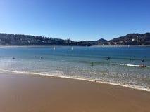 Donostia圣塞巴斯蒂安,巴斯克地区,城市,西班牙 La外耳,全景海滩从码头的 免版税库存照片