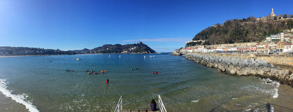 Donostia圣塞巴斯蒂安,巴斯克地区,城市,西班牙 La外耳,全景海滩从码头的 免版税库存图片