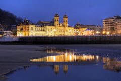 Donostia或San Sebastian市政厅在晚上,西班牙 库存照片