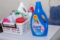 Donsachtig Wasmiddel op een Wasmachine royalty-vrije stock fotografie