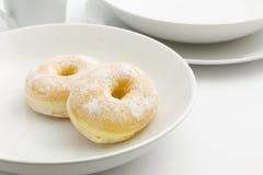 Donut auf der weißen Platte Lizenzfreie Stockfotografie