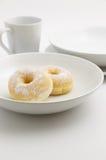 Donut auf der weißen Platte Lizenzfreie Stockfotos