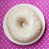Donut auf einer weißen Platte, Tupfentischdecke Lizenzfreie Stockbilder