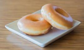 Donut auf hölzerner Tabelle Stockfoto