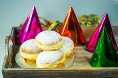 Donut für Karneval, neues Jahr ` s Eve, bunte Hüte, Ausläufer stockbild