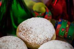 Donut für Karneval, neues Jahr ` s Eve, bunte Hüte, Ausläufer stockfotos