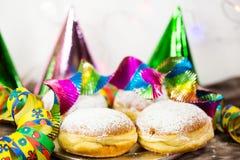 Donut für Karneval, neues Jahr ` s Eve, bunte Hüte, Ausläufer lizenzfreies stockfoto