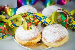 Donut für Karneval, neues Jahr ` s Eve, bunte Hüte, Ausläufer lizenzfreie stockbilder