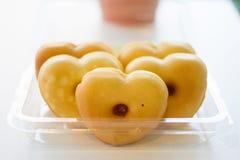 Donut in Form des Herzens Stockbild