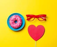 Donut, Gläser und Spielzeug Stockbild
