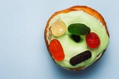 Donut mit grüner Glasur- und Farbmarmelade stockfotografie