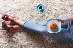 Donut und ein Tasse Kaffee Stockfotos