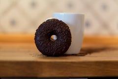 Donut und Schale Stockfotos