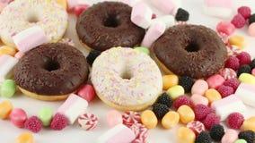 Donuts και γλυκά καραμέλες και marshmallows απόθεμα βίντεο