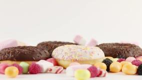 Donuts και καραμέλες και marshmallows απόθεμα βίντεο