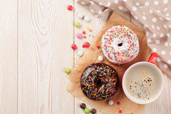 Donuts και καφές Στοκ φωτογραφίες με δικαίωμα ελεύθερης χρήσης