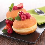 Donuts και μούρα Στοκ φωτογραφία με δικαίωμα ελεύθερης χρήσης