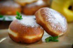 Donuts με την πλήρωση κυδωνιών ψεκασμένη στοκ φωτογραφίες με δικαίωμα ελεύθερης χρήσης