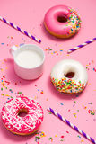 Donuts με την τήξη και γάλα στο ρόδινο υπόβαθρο κρητιδογραφιών Γλυκό donu Στοκ Εικόνα