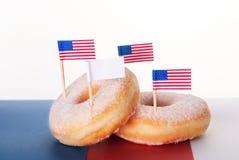 Donuts με τις σημαίες και το διαστημικό έμβλημα αντιγράφων Στοκ φωτογραφία με δικαίωμα ελεύθερης χρήσης