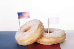 Donuts με τις σημαίες Στοκ φωτογραφίες με δικαίωμα ελεύθερης χρήσης