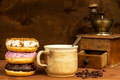 Donuts με τον καφέ Διαφήμιση για την πώληση των γλυκών Γλυκός κίνδυνος προγευμάτων παχυσαρκίας στοκ εικόνα με δικαίωμα ελεύθερης χρήσης