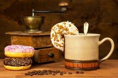 Donuts με τον καφέ Διαφήμιση για την πώληση των γλυκών Γλυκός κίνδυνος προγευμάτων παχυσαρκίας στοκ εικόνες