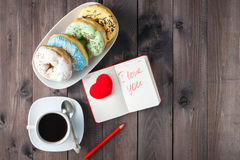 Donuts με τον καφέ και το μήνυμα ι αγάπη εσείς Στοκ Φωτογραφίες