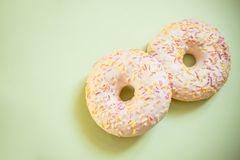 Donuts που απομονώνονται ανάμεικτα Τα νόστιμα donuts με ζωηρόχρωμο ψεκάζουν στο ελαφρύ μαλακό πράσινο υπόβαθρο Γλυκός και ζωηρόχρ Στοκ Εικόνα