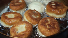 Donuts που ψήνει στη σχάρα σε μια κουζίνα αερίου απόθεμα βίντεο