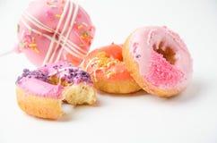 Donuts στο άσπρο υπόβαθρο Στοκ εικόνα με δικαίωμα ελεύθερης χρήσης