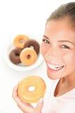 donuts τρώγοντας τη γυναίκα Στοκ Εικόνες