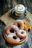 Donuts взбрызнутые с напудренным сахаром суп русского кухни крупного плана borscht стоковая фотография
