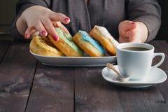 Donuts взятия женщины и сообщение владением едят меня Стоковые Фото