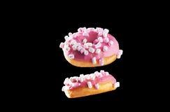 2 donuts в движении изолированного на черноте Стоковое Фото