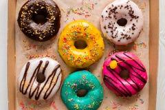 Donuts в поливе с брызгают в коробке Стоковое Изображение