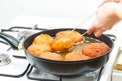 Donuts жаря в глубоком сале стоковое изображение