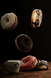 Donuts и кофе воздуха на таблице Стоковое Изображение RF