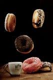 Donuts и кофе воздуха на таблице Стоковое Изображение