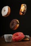 Donuts и кофе воздуха на таблице Стоковые Изображения