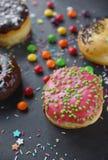 Donuts и красочное брызгают Стоковые Фото