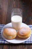 2 donuts и молока Стоковые Фотографии RF