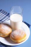 2 donuts и молока Стоковая Фотография