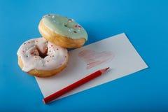 2 donuts и покрашенной жара Стоковая Фотография