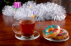 Donuts и чашка чаю на предпосылке рождества Стоковая Фотография