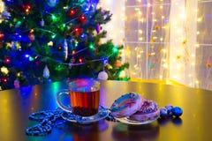 Donuts и чашка чаю на предпосылке рождества Стоковая Фотография RF
